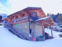 Casa da escola do esqui em Chamonix, França Imagens de Stock Royalty Free
