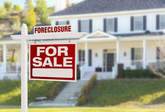 Casa da execução duma hipoteca para o sinal da venda na frente da grande casa Imagem de Stock