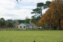 Casa da exploração agrícola A baía de Hawke no outono Em algum lugar em Nova Zelândia Fotografia de Stock