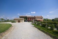 A casa da exploração agrícola com grama verde fotografia de stock royalty free