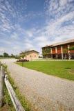 A casa da exploração agrícola com grama verde imagens de stock royalty free