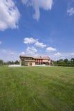 A casa da exploração agrícola com grama verde fotos de stock