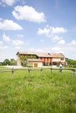 A casa da exploração agrícola com grama verde fotografia de stock