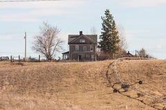 Casa da exploração agrícola em um monte fotos de stock royalty free