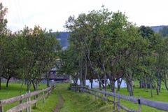 Casa da exploração agrícola nas montanhas de Apuseni foto de stock