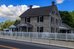 Casa da exploração agrícola da pedra da vila de Amish imagens de stock royalty free
