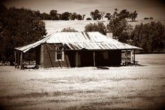 Casa da exploração agrícola, casa velha, casa pioneira, casa de estação fotografia de stock