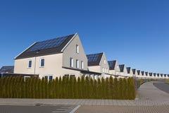 Casa da família com painéis solares Fotos de Stock