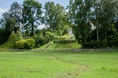 Casa da família em um monte verde Fotos de Stock Royalty Free