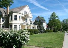 Casa da família: Rua da vizinhança Imagens de Stock