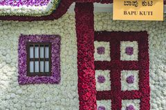 Casa da flor com portas, coluna e janela imagem de stock royalty free