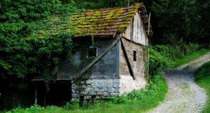 A casa da guarda florestal abandonada Imagens de Stock