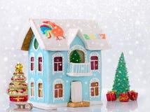 Casa da história do pão-de-espécie dois do ano novo com o balcão caseiro e o bokeh, neve imagens de stock royalty free