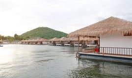 Casa da jangada que flutua no rio com a montanha no kanchanaburi, recurso em Tailândia fotografia de stock