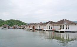 Casa da jangada que flutua no rio com a montanha no kanchanaburi, recurso em Tailândia imagem de stock royalty free