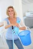 Casa da limpeza da empregada fotos de stock royalty free