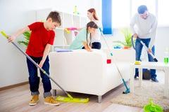 Casa da limpeza da família fotos de stock