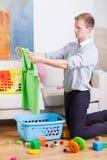 Casa da limpeza do homem de funcionamento Imagem de Stock