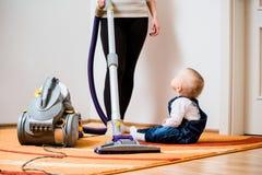 Casa da limpeza - mãe e criança Imagem de Stock