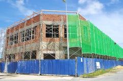 Casa da loja sob a bordadura da construção pelo andaime e pela segurança Imagens de Stock Royalty Free