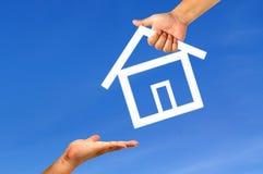 Casa da mão e do ícone Fotografia de Stock Royalty Free