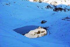 Casa da montanha com lago imagem de stock