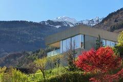 Casa da montanha no cimento imagens de stock royalty free
