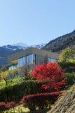 Casa da montanha no cimento foto de stock