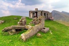 Casa da montanha no console de Achill imagens de stock