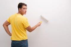A casa da pintura do homem no conceito diy Imagem de Stock Royalty Free