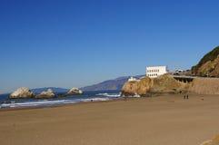 Casa da praia e do penhasco do oceano da rocha do selo imagem de stock royalty free