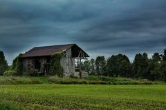 Casa da quinta abandonada no campo imagem de stock