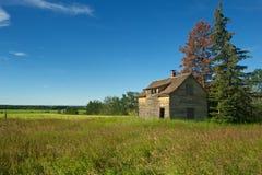 Casa da quinta abandonada no verão Imagem de Stock
