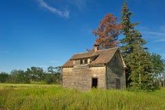 Casa da quinta abandonada no verão Fotografia de Stock