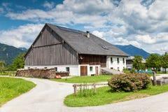Casa da quinta alpina tradicional Imagem de Stock Royalty Free