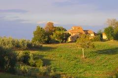 Casa da quinta clássica de Tuscan Imagens de Stock Royalty Free