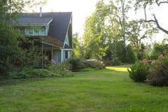 Casa da quinta com canteiro de flores bonito fotografia de stock