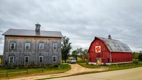 Casa da quinta com o celeiro vermelho da edredão em Baraboo, Wisconsin imagem de stock