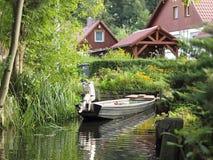 Casa da quinta com um abrigo pequeno no Spreewald fotografia de stock royalty free