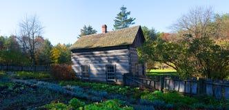Casa da quinta da cabana rústica de madeira do vintage, exploração agrícola Foto de Stock Royalty Free