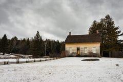 Casa da quinta de madeira no inverno - local de John Brown Farm State Historic Imagens de Stock Royalty Free