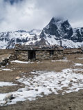 Casa da quinta de pedra pequena nos Himalayas fotografia de stock royalty free