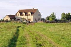 Casa da quinta e campo Imagens de Stock