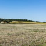 Casa da quinta na terra arável fotos de stock