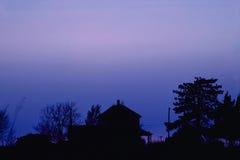 Casa da quinta no crepúsculo Fotos de Stock Royalty Free