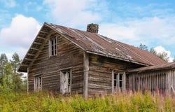 Casa da quinta velha abandonada do log Fotografia de Stock