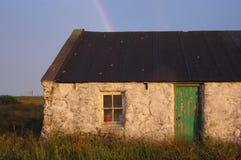 Casa da quinta velha de Shetland sob o arco-íris Foto de Stock