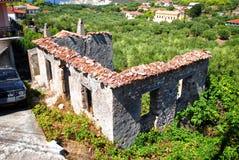 Casa da ruína na natureza Fotos de Stock