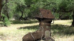 Casa da sapata na floresta video estoque