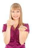Casa da terra arrendada da mulher e chaves (foco na mulher) Imagens de Stock Royalty Free